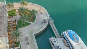 Modern invallningtimelapse med stången, kafét och restaurangen i den berömda Dubai marina stock video