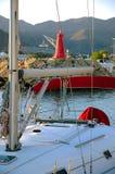 Modern jacht in haven stock foto