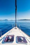 Modern jacht op zee dichtbij de kustlijn van Griekenland Stock Afbeeldingen