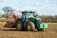 Modern John Deere-tractor boorzaad op gebied Stock Foto