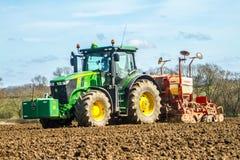 Modern John Deere-tractor boorzaad op gebied Royalty-vrije Stock Foto's