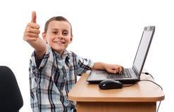 Modern jong geitje bij laptop Stock Foto's
