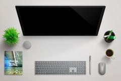 Modern journalist, reporterstudioskrivbord med tom datorskärm för modell Arkivbild