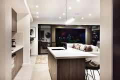 Modern kökcountertopcloseup med en sikt av uteplatsområde arkivbilder