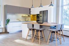 Modern kökdesign i ljus inre royaltyfria bilder