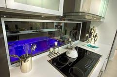 Modern kökinre bredvid simbassäng arkivbild