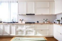 Modern kökinredesign med vitt möblemang och moderna detaljer arkivfoto