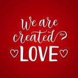 Modern kalligrafibokstäver av skapas vi för förälskelse i vit på röd dekorerad lutningbakgrund med hjärtor royaltyfri foto