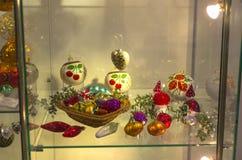 Modern Kerstmisspeelgoed in de vorm van groenten, paddestoelen en F Stock Fotografie