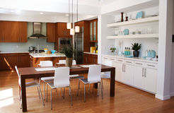 Modern keuken en het dineren gebied stock foto's