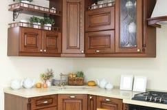 Modern keukenbinnenland met witte en bruine decoratie Royalty-vrije Stock Afbeeldingen