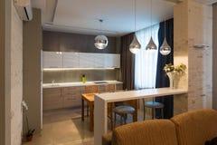 Modern keukenbinnenland in nieuw luxehuis, flat Royalty-vrije Stock Foto