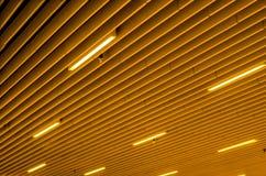 Modern kijk en herhaald plafondpaneel met licht stock foto