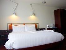 Modern kingsize bed met lampen Stock Afbeeldingen