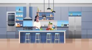 Modern Kithcen inre och sallad för matlagning för barnafrikansk amerikankvinna vektor illustrationer