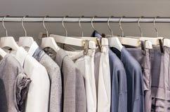 Modern kläder på metallhängare i garderob Royaltyfri Fotografi