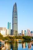 Modern kommersiell skyskrapa i finansiell mitt Royaltyfri Foto