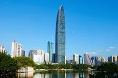Modern kommersiell skyskrapa i finansiell mitt Fotografering för Bildbyråer