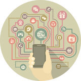 Modern kommunikation i socialt massmedia vid en smartphone Fotografering för Bildbyråer