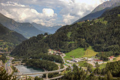 Modern komplex infrastruktur av schweiziska fjällängar Royaltyfria Bilder