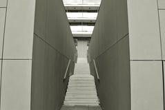 Modern konkret trappa svart white Fotografering för Bildbyråer
