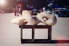 Modern konst - abstrakt stads- skulptur Royaltyfria Foton
