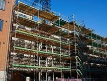 Modern konstruktionsplats med sytem för ställningplattform Arkivfoto