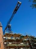 Modern konstruktionsplats med sytem för ställningplattform Royaltyfria Bilder