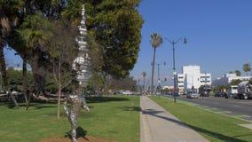 Modern konstskulptur på Beverly Gardens Park i Beverly Hills - Kalifornien, USA - mars 18, 2019 lager videofilmer