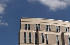 Modern kontors- eller hotellbyggnad mot blå himmel Royaltyfri Bild