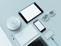 Modern kontorsarbetsplats med den metalliska bärbara datorn, den digitala minnestavlan, mobiltelefonen, legitimationshandlingar,  Royaltyfri Bild