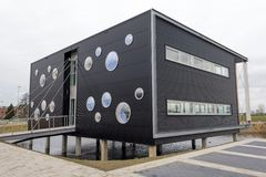 Modern kontorsbyggnad arkivbild