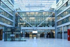 Modern kontorsbyggnad i den Frankfurt flygplatsen Royaltyfria Bilder