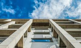 Modern kontorsbyggnad med bl? himmel och moln fotografering för bildbyråer