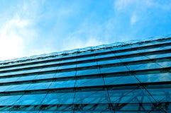 Modern kontorsbyggnad med den blåa glass fasaden Royaltyfri Bild
