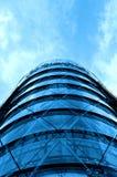 Modern kontorsbyggnad med den blåa glass fasaden Royaltyfri Fotografi