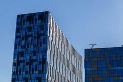 Modern kontorsbyggnad med den futuristiska blåa glass fasaden Royaltyfri Fotografi