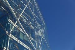 Modern kontorsbyggnad med den futuristiska blåa glass fasaden Royaltyfri Foto