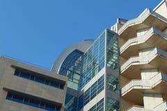 Modern kontorsbyggnad med några blandade arkitektoniska stilar Royaltyfria Bilder