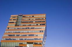 Modern kontorsbyggnad med reflekterande fönster i Groningen Royaltyfria Bilder