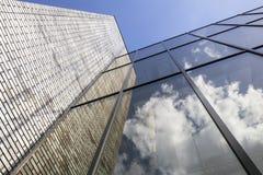 Modern kontorsbyggnad med tegelstenarbete och exponeringsglas Royaltyfri Fotografi
