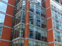 Modern kontorsbyggnad med tegelstendetaljer Arkivfoto