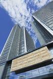Modern kontorsbyggnad mot en blå himmel med moln, Peking, Kina Royaltyfri Fotografi