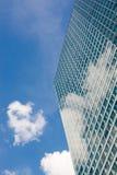 Modern kontorsbyggnad och molnig himmel Fotografering för Bildbyråer