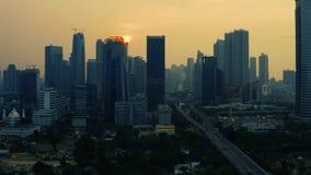 Modern kontorsbyggnader och kyrkogård i Jakarta lager videofilmer