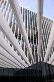Modern kontorsbyggnadfasad med metallstrålar, arbetsställen som är utomhus- arkivfoton