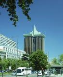 Modern kontorsbyggnadgataplats Madrid Spanien Arkivfoto