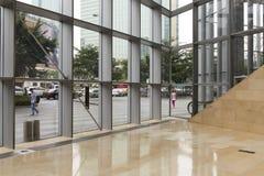 Modern kontorsbyggnadkorridor med glasväggen, stålram, marmorgolv; utrymme för för för fönstervägg, port och lobby i regeringsstä Royaltyfri Fotografi