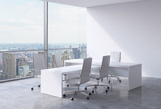 Modern kontorsinre med enorma fönster och den New York panoramautsikten Ett begrepp av vdarbetsplatsen Royaltyfria Bilder