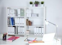 Modern kontorsinre med tabeller, stolar och bokhyllor Royaltyfri Foto